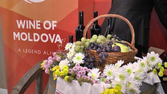 """VIDEO. Turiștii sosiți la Aeroport în ajunul Zilei Naționale a Vinului vor primi câte o sticlă de vin cu emblema """"Wine of Moldova"""""""