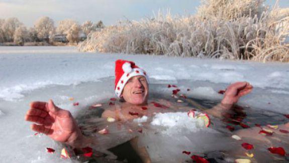 Zeci de ruși costumați sumar în Moș Crăciun au făcut baie în lacul Baikal, la -13 grade Celsius